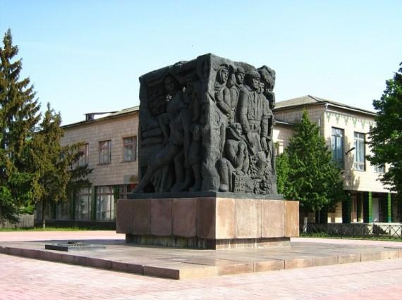 Пам'ятник у центрі Корюківки на пам'ять про страшну трагедію
