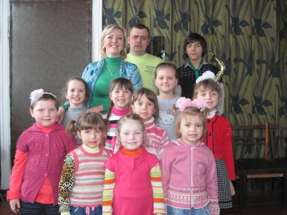 Альона та Юрій Дробиши зі своїми вихованцями