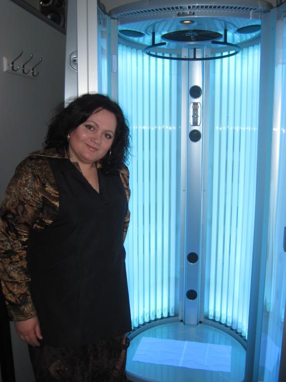 Оксана Скоробагатько біля солярію